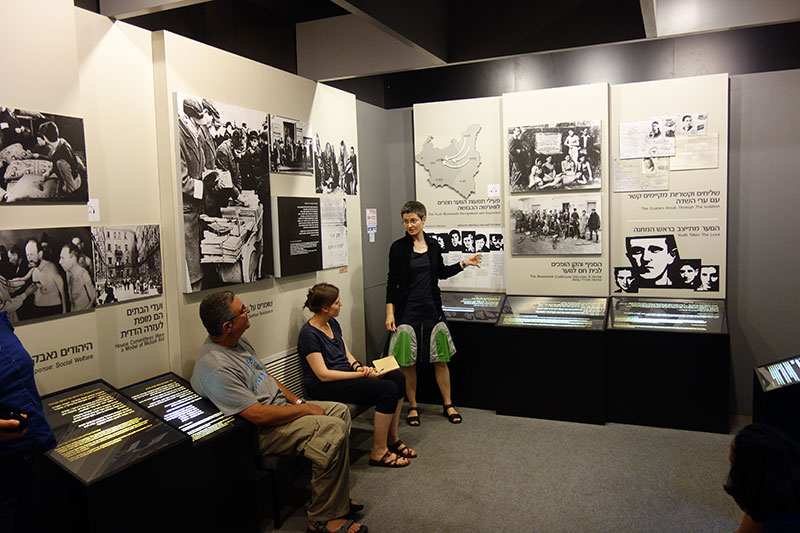 Teilnehmer_innen des Fachkräfteaustausches in der Ausstellung des Ghetto Fighters' House Museum, 5. August 2014. Foto: Gerald Hartwig, Gedenkstätte Bergen-Belsen