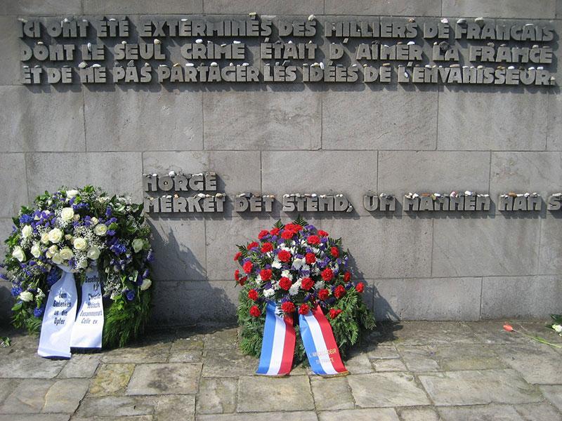 """Die französische Inschrift auf dem zentralen Mahnmal der Gedenkstätte Bergen-Belsen, 2012. (Übersetzung lautet: """"Hier wurden Tausende Franzosen vernichtet, deren einziges Verbrechen es war, Frankreich zu lieben und die Vorstellungen des Eindringlings nicht zu teilen""""). Foto: Janine Doerry"""