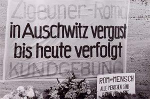 Transparent mit dem Motto der Gedenkfeier und Kundgebung zur Erinnerung an den Völkermord an den Sinti und Roma in der Gedenkstätte Bergen-Belsen, 27. Oktober 1979. Foto: Uschi Dresing
