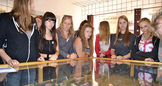 Besucher_innen am Modell des Bunkers Valentin, 2012. Foto: Kasia Drelich, Tagungshaus Bredbeck