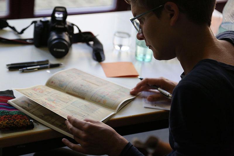 Teilnehmerin der Bergen-Belsen International Summer School bei der Sichtung von historischen Zeichnungen, 16. September 2014. Foto: Tobias Trutz, Gedenkstätte Bergen-Belsen