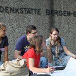 Teilnehmer_innen der Bergen-Belsen International Summer School tauschen sich in einem Workshop zu ihren Ideen aus, 18. September 2014. Foto: Sytse Wierenga