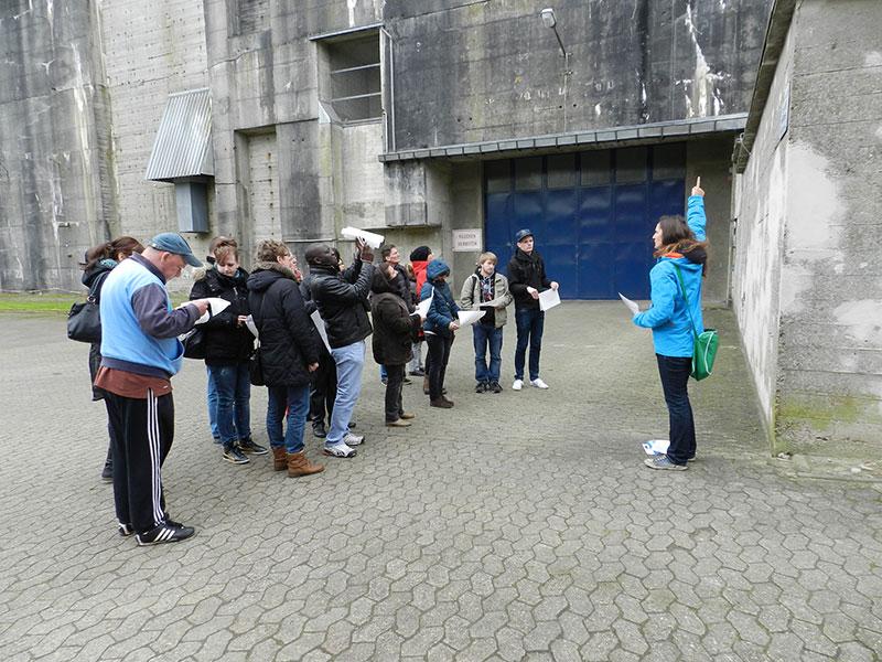 Führung mit Besucherinnen und Besuchern, 2014. Foto: LzpB Bremen