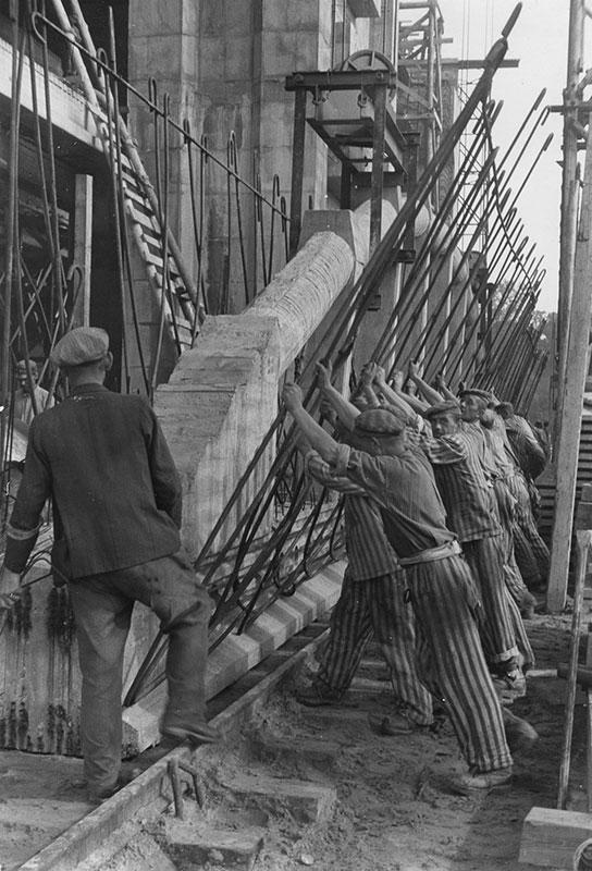 Zwangsarbeiter beim Bau des Bunkers Valentin, 1944. Foto: Seubert, im Auftrag der Marineoberbauleitung, Bundesarchiv/LzpB Bremen