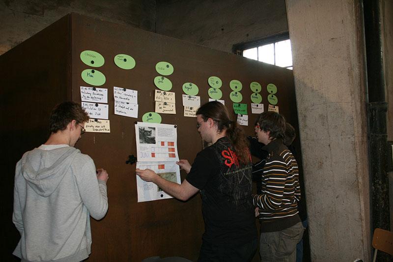 Projektwoche mit Auszubildenden der Salzgitter AG zur Vorbereitung der jährlichen Gedenkstunde am 11. April, 2010. Foto: Elke Zacharias, Arbeitskreis Stadtgeschichte e.V.