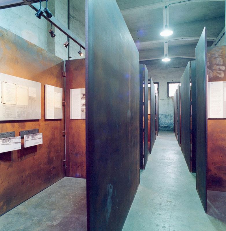 Ausstellungskuben in der Dauerausstellung der Gedenkstätte KZ Drütte. Foto: Elke Zacharias, Arbeitskreis Stadtgeschichte e.V.