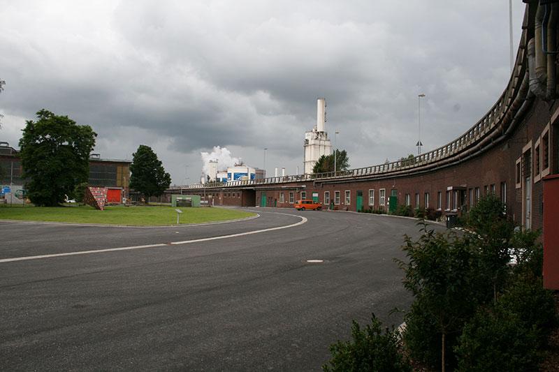 Die Gedenkstätte KZ Drütte befindet sich in einem der ehemaligen Unterkunftsräume unter der betrieblich genutzten Hochstraße, 2014. Foto: Elke Zacharias, Arbeitskreis Stadtgeschichte e.V.