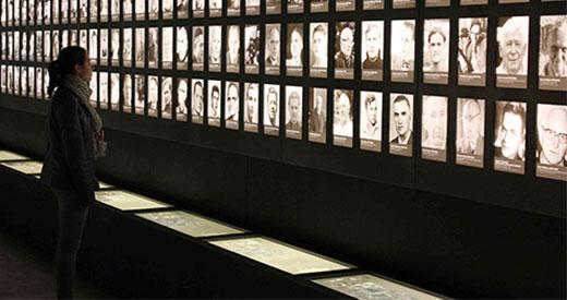 Schülerin des Gymnasiums Antonianum Vechta vor der Porträtwand in der Ausstellung, 18.April 2012. Foto: Kurt Buck, Gedenkstätte Esterwegen