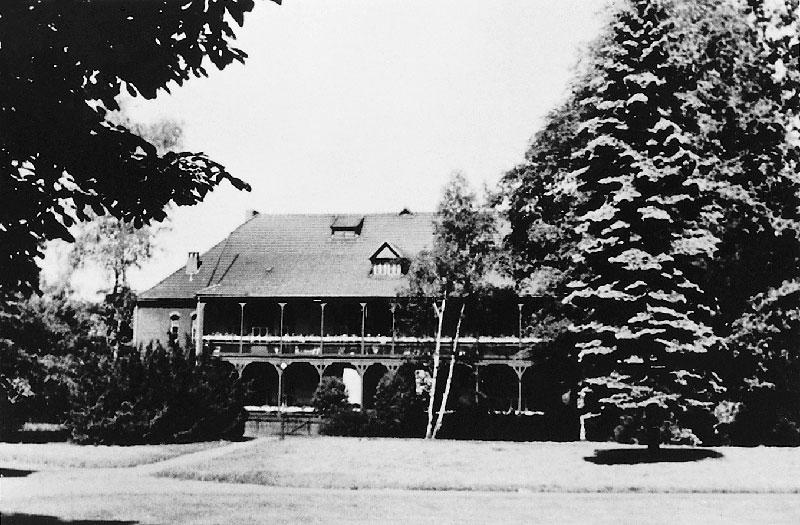 """Im Haus 25 wurden die ersten Patienten der """"Kinderfachabteilung"""" der Heil- und Pflegeanstalt Lüneburg untergebracht, Aufnahme von Haus 25 nach 1945. Foto: Archiv der Bildungs- und Gedenkstätte """"Opfer der NS-Psychiatrie"""" Lüneburg"""