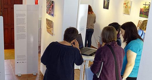 """Teilnehmer_innen eines Seminars in der Ausstellung, 2014. Foto: Archiv der Bildungs- und Gedenkstätte """"Opfer der NS-Psychiatrie"""" Lüneburg"""
