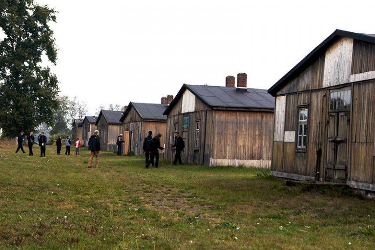 Bildungsarbeit am historischen Ort: Spurensuche in historischen Unterkunftsbaracken, 2014. Foto: Carola Pliska, Archiv GLS