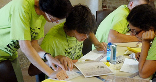 Bildungsarbeit am Ort eines ehemaligen Kriegsgefangenenlagers: Namensziegelprojekt, 2011. Foto: Dörthe Engels, Archiv GLS