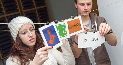 Schüler_innen beim Entwickeln eines Zeitstrahls, 25. Januar 2013. Foto: Klaus G. Kohn, Gedenkstätte Schillstraße