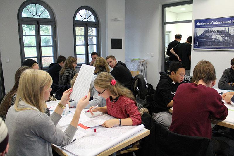 Polnische und deutsche Schüler_innen bei der AG-Arbeit, 22. Oktober 2014. Foto: Stefanie Radecke, Gedenkstätte Schillstraße
