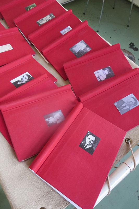 """Die """"Roten Bücher"""": Opferbiographien aus dem Projekt """"Patientengeschichten"""", 2014. Foto: Hedwig Thelen, Gedenkstätte Alte Pathologie Wehnen"""