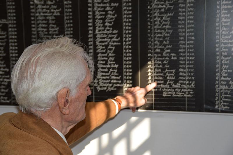 Der Zeitzeuge Heinz Tillack besucht die Gedenkstätte in der JVA Wolfenbüttel und betrachtet das Hinrichtungsbuch, 27. August 2014. Foto: Leon Kloke, Gedenkstätte in der JVA Wolfenbüttel