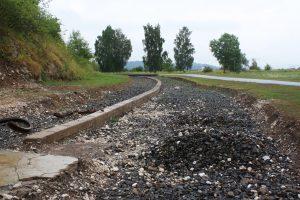 Gleisbett in Mittelbau-Dora. Die Gleise führten vom Lagerbahnhof in die unterirdische Stollenanlage. Foto: Gedenkstätte Mittelbau-Dora.
