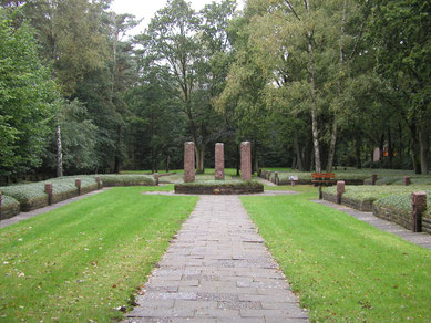 1956-nach-entwürfen-des-volksbund-deutsche-kriegsgräberfürsorge-errichtetes-mahnmal-und-angrenzend-die-oberirdisch-zusammengefassten-massengräber-foto-a-ehresmann-23-9-2004