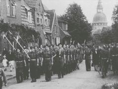 Marsch polnischer Pfadfinder durch die polnische Enklave Maczków/Haren (Ems), ca. 1945 – 1948. (Privatbesitz Aleksandra Sekowska, Warschau)