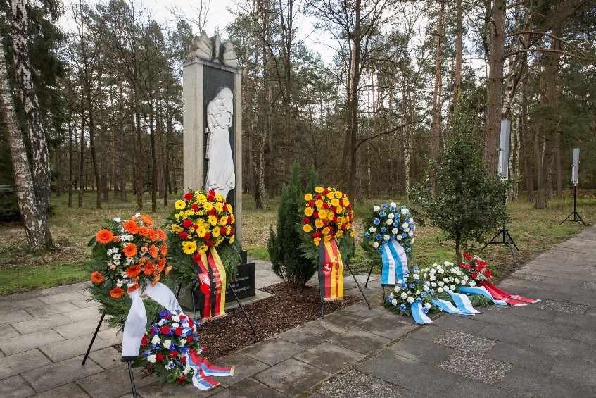 """Mahnmal """"Die Trauernde"""" auf dem KriegsgefangenenfriedhofBergen-Belsen (Friedhof Hörsten). Foto: GBB"""