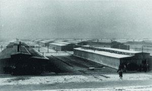 """Blick auf die Baracken des neu errichteten """"Zigeunerlagers"""" B II e in Auschwitz-Birkenau, 1942/43 (Foto: www.auschwitz.org)"""