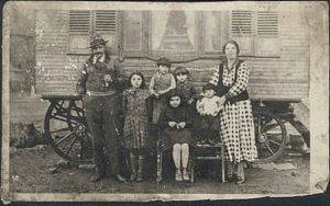 Familie Franz – Vater Julius, Mutter Anna und die Kinder Lily, Hanu, Waltraud, Schelein und Neke (das jüngste Kind Gimpel liegt im Wagen) – vor ihrem Wohnwagen. (Foto: Privatbesitz Julius Franz)