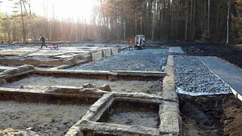 Freilegung der Fundamente des früheren Desinfektionsgebäudes in der Gedenkstätte Bergen-Belsen im November 2016. © Horeis + Blatt, Bremen